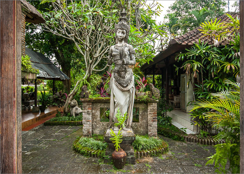 Ubud - Goddess in entryway