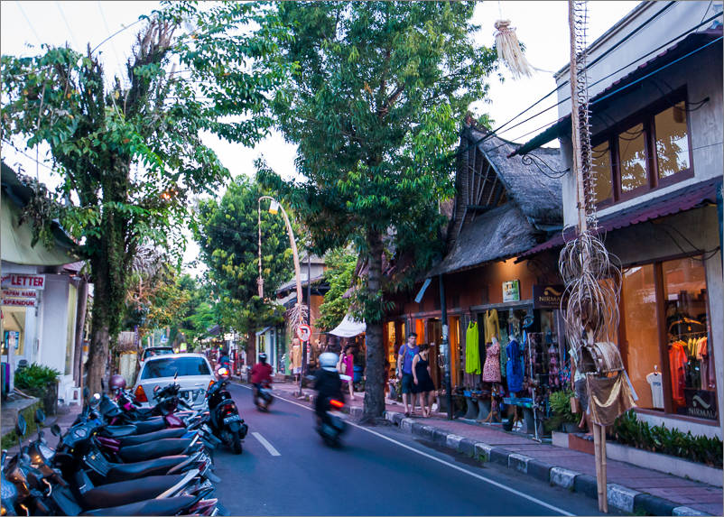 Ubud - Shopping on Hanoman street